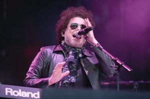 Un momento de Andrés Calamaro sobre el escenario.